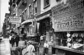 1908年7月,工人在纽约的下东区进行道路施工。