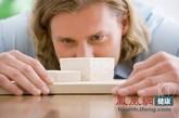 """钙磷失衡""""赶走""""钙  钙磷比例失衡是导致目前人们缺钙的元凶。正常情况下,人体内的钙磷比例是2∶1,然而,现实生活中,人们过多地摄入碳酸饮料、可乐、咖啡、汉堡包、比萨饼、小麦胚芽、动物肝脏、炸薯条等大量含磷的食物,磷的摄入量往往超过了钙10倍以上,使钙∶磷比例高达1:10~20,钙磷的比例严重失衡,这样,饮食中过多的磷便会拼命地把体内的钙""""赶""""出体外。"""