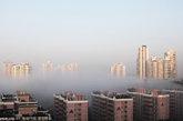 2011年2月28日,广东省深圳市,晨雾中的楼房,仿佛置身于海市蜃楼之中。