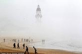 2012年4月29日,山东烟台市区东部平流雾弥漫,高楼灯塔或隐或现宛若海市蜃楼。
