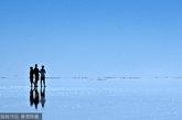 位于玻利维亚的世界上最大的盐碱滩,每当此处有降雨时,就能产生这些奇迹般的错觉,犹如人们在水上漫步一般。这些照片是由摄影师劳尔埃斯皮诺萨拍摄。(图片来源:CFP)