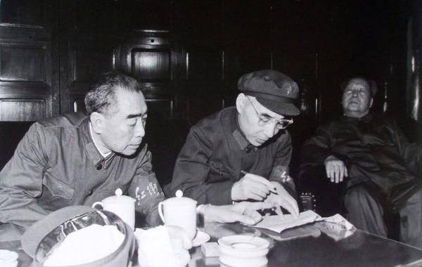 周恩来和林彪。