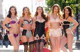 当地时间2012年5月16日,英国伦敦,为庆祝英国伊丽莎白二世女王登基60周年,服装零售业巨头M&S特意推出M&S Jubilee Lingerie Collection系列内衣,并请来5位性感辣模在街头演绎。