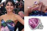 桃红色的大宝石戒指配上抹胸彩色亮片的礼服呼应的恰到好处。硕大的桃红色宝石绝对是每个有着公主梦的女孩儿最爱。精巧的碎钻为大大的宝石增添了时尚感。