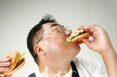 """大鱼大肉""""吃""""掉钙: 这是因为过多的摄入大鱼大肉这些酸性食物,易使人们产生酸性体质。而人体无法承受血液中酸碱度激烈的变化,于是,身体就会动用两种主要的碱性物质——钠和钙——加以中和。当体内的钠用光了的时候,就会启用身体内的钙,所以,过量摄入大鱼大肉而不注意酸碱平衡,将导致钙的大量流失。这也是那些大款、常吃宴席(饮食特点是:肉多酒多油多菜少饭少)的人常常莫名其妙地感到疲倦、头晕、体力不支的原因所在!紧随其后的是赶上了""""代谢综合症""""(高血压、高血脂、糖尿病、肥胖、脂肪肝、痛风等等)的时髦病。"""