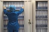 2010年12月10日,山西太原,山西省人类精子库档案室内,工作人员整理捐精者的档案。每一位捐精者都会有详尽的捐精档案,即捐精者的各种检查记录。精子库的档案管理相当严格,只有档案专职管理员可以查看档案信息。