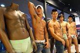 当地时间2012年5月23日,韩国首尔,Levis时装展上,真人模特和假模特PK性感,展示完美身材。