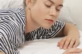 """汗水本身并没有异味,都是腋窝""""常客"""",棒状菌群被皮肤分泌的脂肪酸滋养,从而繁殖滋生大量细菌,由此产生难闻的气味。腋窝出汗并不是疾病,只要勤洗澡,勤换衣就能消除,内衣最好选择棉质衣物。"""