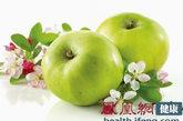 早上最宜: 苹果、梨、葡萄。早上吃水果,可帮助消化吸收,有利通便,而且水果的酸甜滋味,可让人一天都感觉神清气爽。人的胃肠经过一夜的休息之后,功能尚在激活中,消化功能不强。因此酸性不太强、涩味不太浓的水果,比如苹果、梨、葡萄等就非常适合。