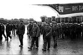 """中国人民解放军61889部队,原称8341部队,又名中央警卫团,是负责保护中国共产党和中华人民共和国政府主要领导人的一支警卫部队。(图片来源:凤凰网历史)图为1976年10月,北京,直接参与粉碎""""四人帮""""的中国中央警卫团8341部队指战员上街游行庆祝。"""