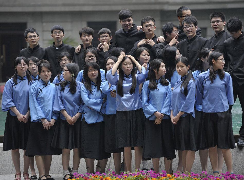 """苍井空/虽然身穿着旧式的服装,但毕业生们的举动却十分夸张出位,""""..."""