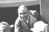 1949年10月,在参加开国大典后,邓小平和刘伯承旋即率第二野战军踏上进军大西南的征途。这是邓小平在火车上与送行人员握手话别。
