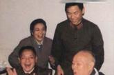 邓小平罕见照片:为叶剑英庆祝80大寿。 1977年4月,叶剑英元帅80寿辰。邓小平来到他的家里,向这位在历史重要转折关头为人民建立功勋的战友祝贺。
