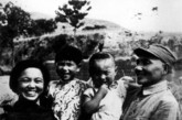 1946年,邓小平、卓琳全家合影 。
