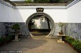 蒋氏故居,位于奉化市溪口境内,1996年11月国务院公布其为第四批全国重点文物保护单位,列近现代重要史迹及代表性建筑。