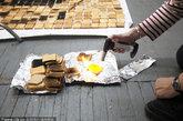 亨利·哈格里夫斯在工作室使用焦糖布丁火炬通过锡纸涂黑面包。