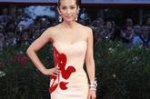 """2005年的李冰冰,凭《天下无贼》中的美艳女贼造型虏获广大影迷的心。在那些年各种颁奖礼上,李冰冰的造型首尝突破,却总是有些不尽人意。近两年,李冰冰时尚感飙升,大气典雅成为关键词。2010年的威尼斯红毯,李冰冰更以""""百福图""""礼服裙华美亮相。"""