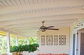 略带复古气质的地砖非常漂亮耐看,简单的花纹、简单的拼贴,呈现出沉稳的感觉。浅黄色的墙面和一点原木算是与这款仿古转的呼应,宽大的玻璃窗提供了充足的光线就不担心室内太过沉稳,明亮起来。