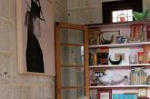墙面以古旧的报纸花纹壁纸来铺贴,让房间更显历史的厚重感。穿越时光停留在这一个小空间里,此时,仿古砖的选择便是对这一室内氛围最好的延续和扩展。