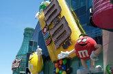 内华达州拉斯维加斯的M&M巧克力世界。这座四层的零售娱乐商场总面积达2.8万平方英尺,紧邻米高梅酒店和赌场,可为那些刚刚玩过老虎机的游客提供一次放松之旅。从那里的糖果自动售货机中,你可以享用到各种口味、色彩和形状的M&M巧克力。