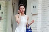 白色连衣裙:Zara 宝蓝色凉鞋:Zara 手拎包:Hermes
