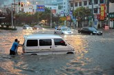 6月23日傍晚,暴雨夹带冰雹突袭河南省洛阳市,持续一个多小时,市区瞬间暗如黑夜,许多路段严重积水,并一度交通堵塞。