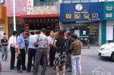 有关陈文亚见死不救和酒后驾车的传闻也在坊间流传开来,姜堰市公安局在网上辟谣,称陈文亚不存在酒后驾车的行为。图为工作人员现场调查。