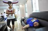 医院的专家组在一起研究豪仔的病因,久久没有结果。豪仔在沙发上呼呼大睡,妈妈却在一旁焦虑不安。