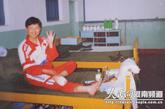 2012年3月,刘洋入选神舟九号任务飞行乘组,主要负责空间医学实验管理。2012年6月16日,神舟九号飞船搭载包括刘洋在内的3名航天员发射升空,刘洋成为中国首位进入太空的女航天员。图为刘洋当年拉练受伤乐观照片。