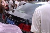 据目击者称,撞人后,陈文亚并没有看望被撞者,而是在打了几个电话后,被另一辆小轿车接走。图为肇事车辆。