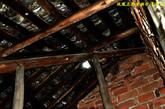 陶家桥小学破旧漏水的屋顶。