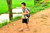 跋涉艰难山路上学的孩子。