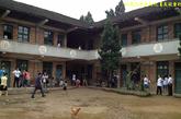 九坪小学的操场。旧木屋教室中,半包围着一片晴天扬尘、雨天油泞的泥地。