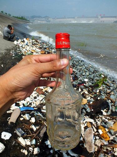 三峡大坝泄洪排出大量垃圾