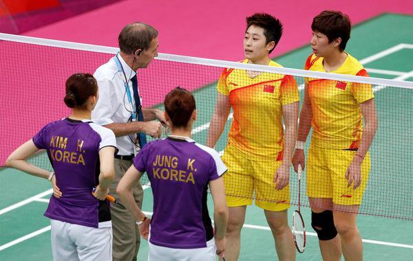 北京时间8月1日凌晨,2012年伦敦奥运女子羽毛球双打1/8决赛中,中国队头号女双于洋/王晓理以0-2(14-21、11-21)爆冷不敌韩国组合郑景银/金荷娜。比赛中,双方为了避开C组…