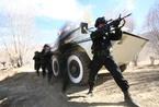 驻藏武警特战队配轮式战车练高原丛林战(组图)