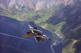 8月10日,载普通炸弹的歼-10战机在峡谷中倒飞俯冲,向地面目标挺进。(中国军网 刘应华 摄)