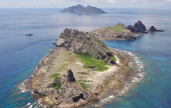 """9月2日,日本东京都调查团乘坐租用的2500吨海难救助船""""航洋丸""""号抵达钓鱼岛周边海域进行非法调查。日本共同社日前公布了该调查团在钓鱼岛周边海域活动的照片。…"""