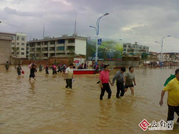 云南马龙县城因水库漫坝全城被淹 4 11