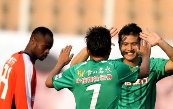焦点大战在青岛天泰体育场展开争夺,最终北京国安客场2-0战胜青岛中能