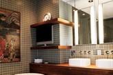 浴室,好象在人们眼里更多是女人的专属物,花大量的时间在里面淋浴,泡澡,精心装扮自己。而男人在这个空间里只是为了解决必要的新陈代谢时才花费一些时 间。其实,现在更多的年轻一族追求自我风尚和展示个性,对浴室的设计极为重视,也要在这个空间里体现出自己的品位和审美观念。(实习编辑 谢微霄)