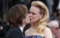 妮可-基德曼亮相《醉乡民谣》首映 与老公恩爱热吻