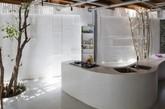 木地板和白色墙壁,在城市中创建了这一片热带雨林的家,这就是来自于A21工作室。在越南的胡志明市,用了大量的木架子和树皮等进行装修,还原大自然中的树木植被。自然光被这些横木分成了一竖竖的排列着,这样的A21工作室可能是很多设计师们所想要的吧,城市中最自然的色彩。(实习编辑何丽晴)