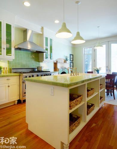 厨房也玩小清新 绿色小瓷砖与白色橱柜的完美搭配