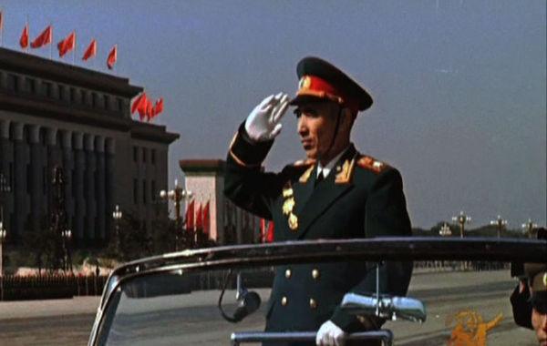 """从军事的角度来讲,林彪是一个能打仗的军事统帅,这是毋庸置疑的。1988年中国人民解放军第二次实行军衔制以后,分两次共评出了36位军事家,林彪位列其中之一。第一战、龙冈伏击战。红军第一次反""""围剿""""的龙冈伏击战中红一方面军共歼国民党军1个师部和3个多旅约1.2万人,缴获各种武器1.1万余件。林彪所部第10师俘获敌第18师师长张辉瓒。这是红军建立后歼敌最多、战果最巨大的一次战役,也是红军由以游击战为主向以运动战为主转变过程中取得的第一次重大胜利,林彪任军长的红4军担任主攻。图为:林彪元帅在1959年国庆阅兵中担任阅兵首长。"""