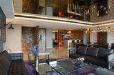 公寓进门处深橘色的隔断很是抢眼,很少有家庭会用到如此深重的颜色,配合复古的配饰,似乎能感受到拉丁美洲热情的氛围。为了减少深橘色带来的冲击,客厅则选用了灰色的墙壁,紫色的沙发,皮质的座椅和茶几又是浓厚的美式风味,宽敞大气的餐厅座椅则选用了黑色,带来成熟质感,三个不同类型的卧室则以简约为主。整个家弥漫着复古美式和现代的融合。(实习编辑李丹)