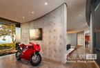 怎一个帅字了得 把摩托车搬进家的空间设计