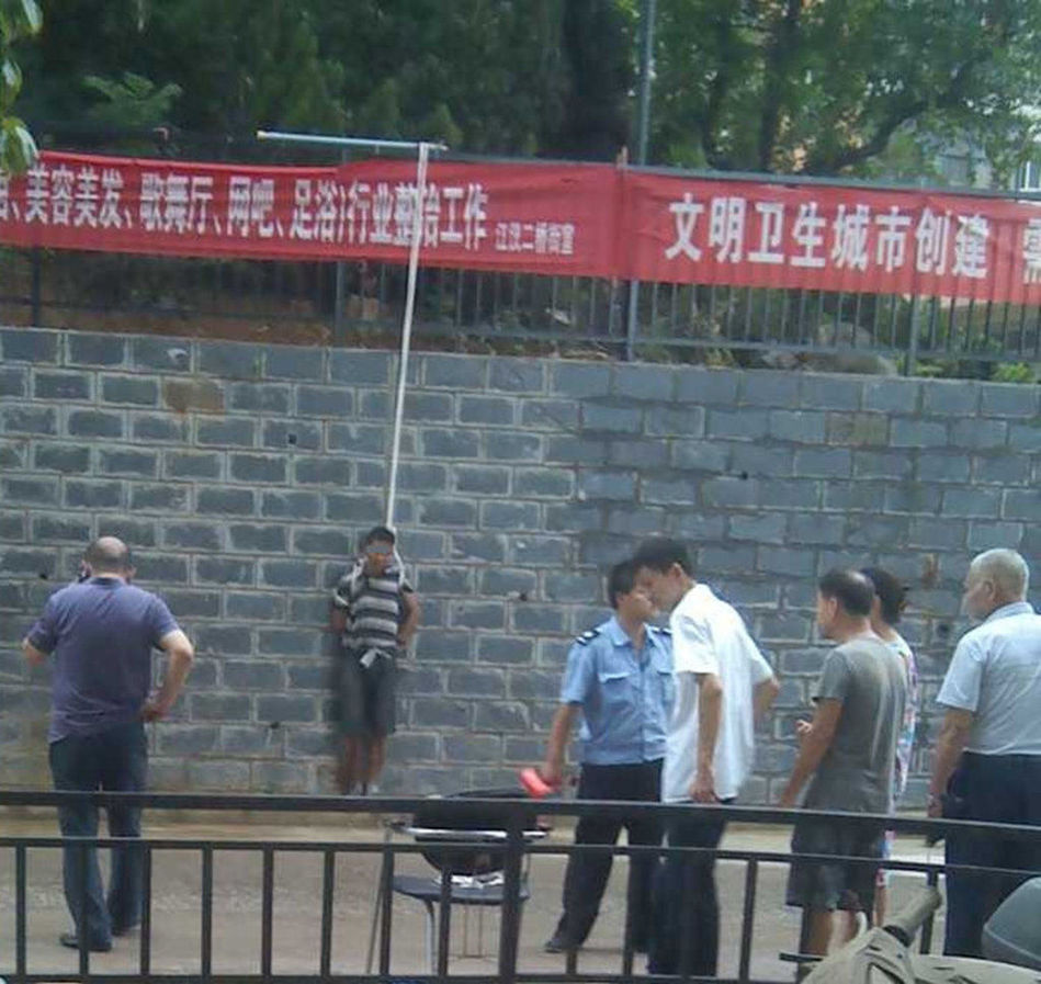 武汉小区保安抓获小偷捆绑示众 非法拘禁不自