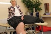 英女子患巨腿症 双腿重达216斤(图)