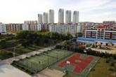 2013年9月25日,山东乳山,空荡荡的城市内,网球场上只有两个老人在锻炼。 (实习编辑:容少晖)